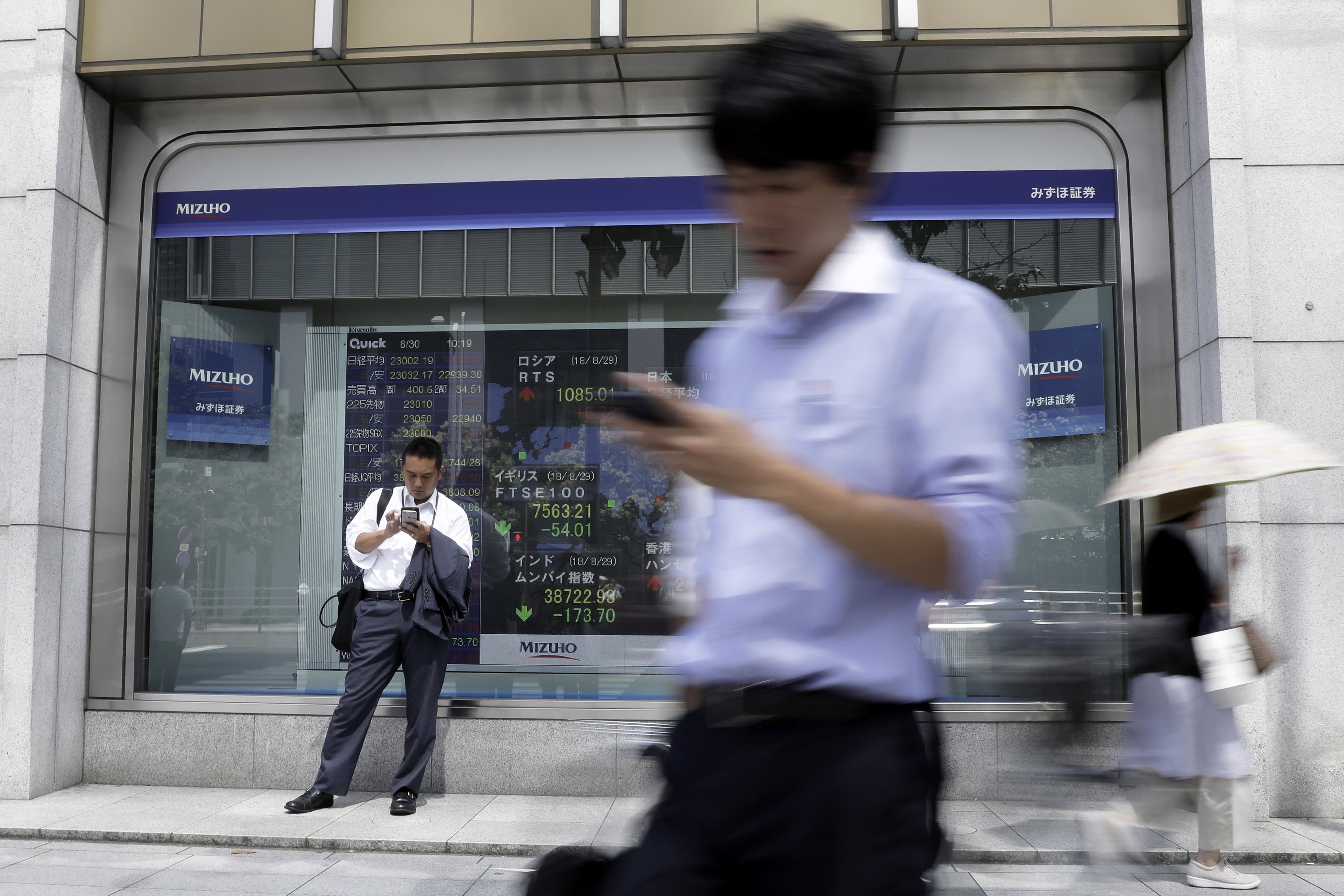 Asia markets mixed as trade fears heat up