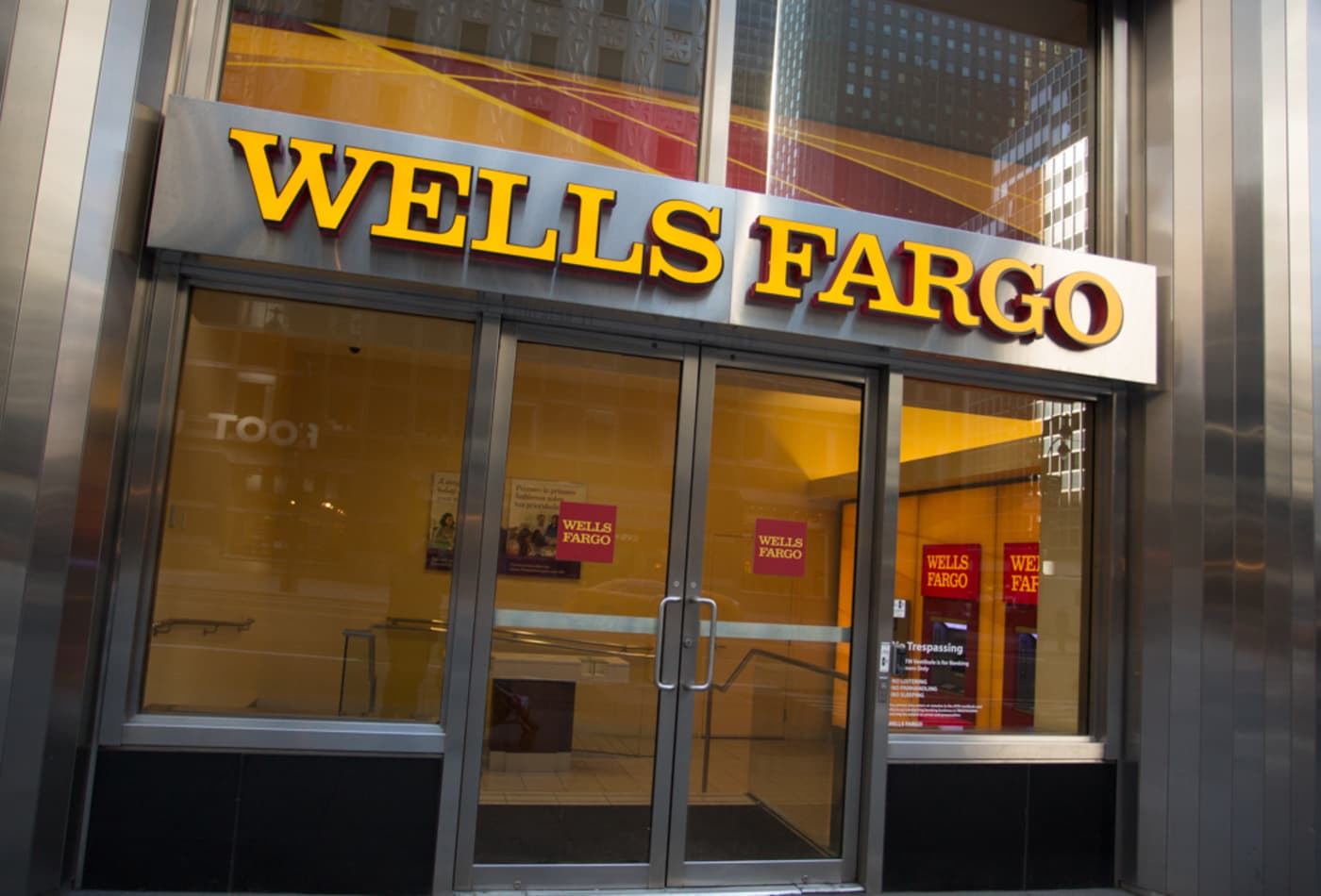 Wells Fargo agrees to pay $1 billion to settle over loan abuses