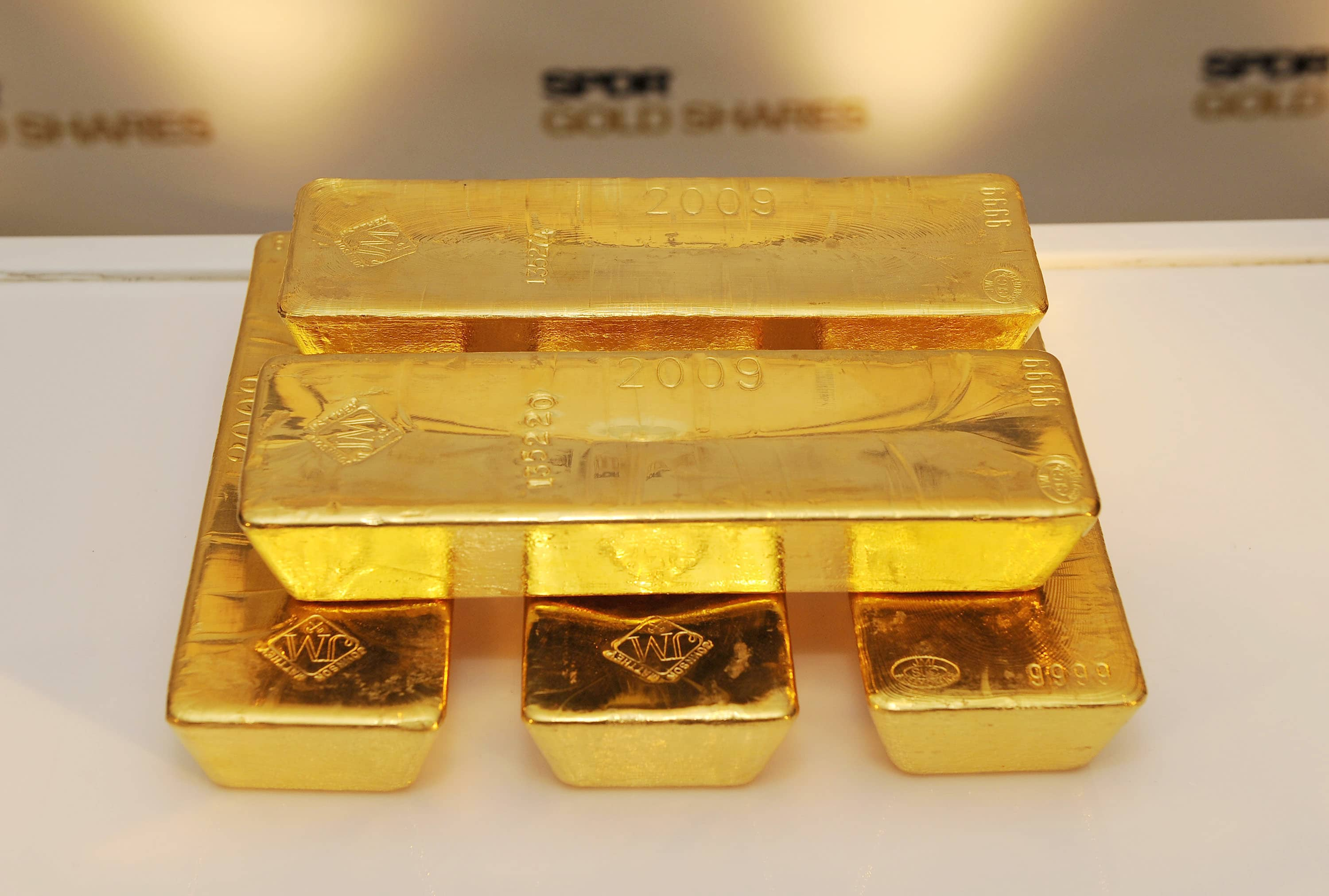 Gold hovers near two-week low on strong dollar ahead of Fed minutes