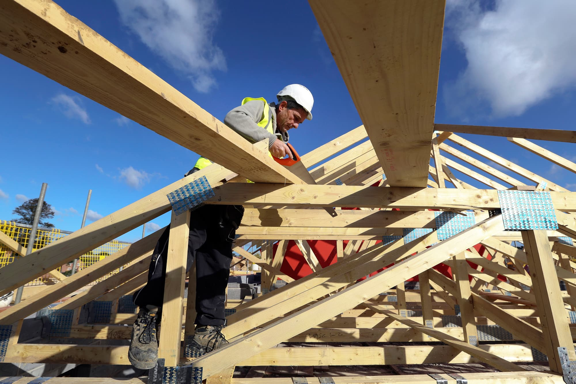 Falling mortgage rates boost homebuilder confidence, but not new construction