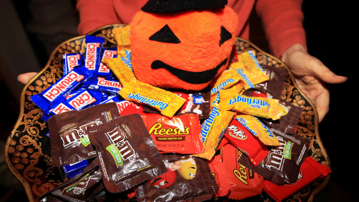 cnbc.com - Amelia Lucas - Scavenger hunts, treats dangling from a tree and Covid-19 maps: Candy makers get creative to save Halloween