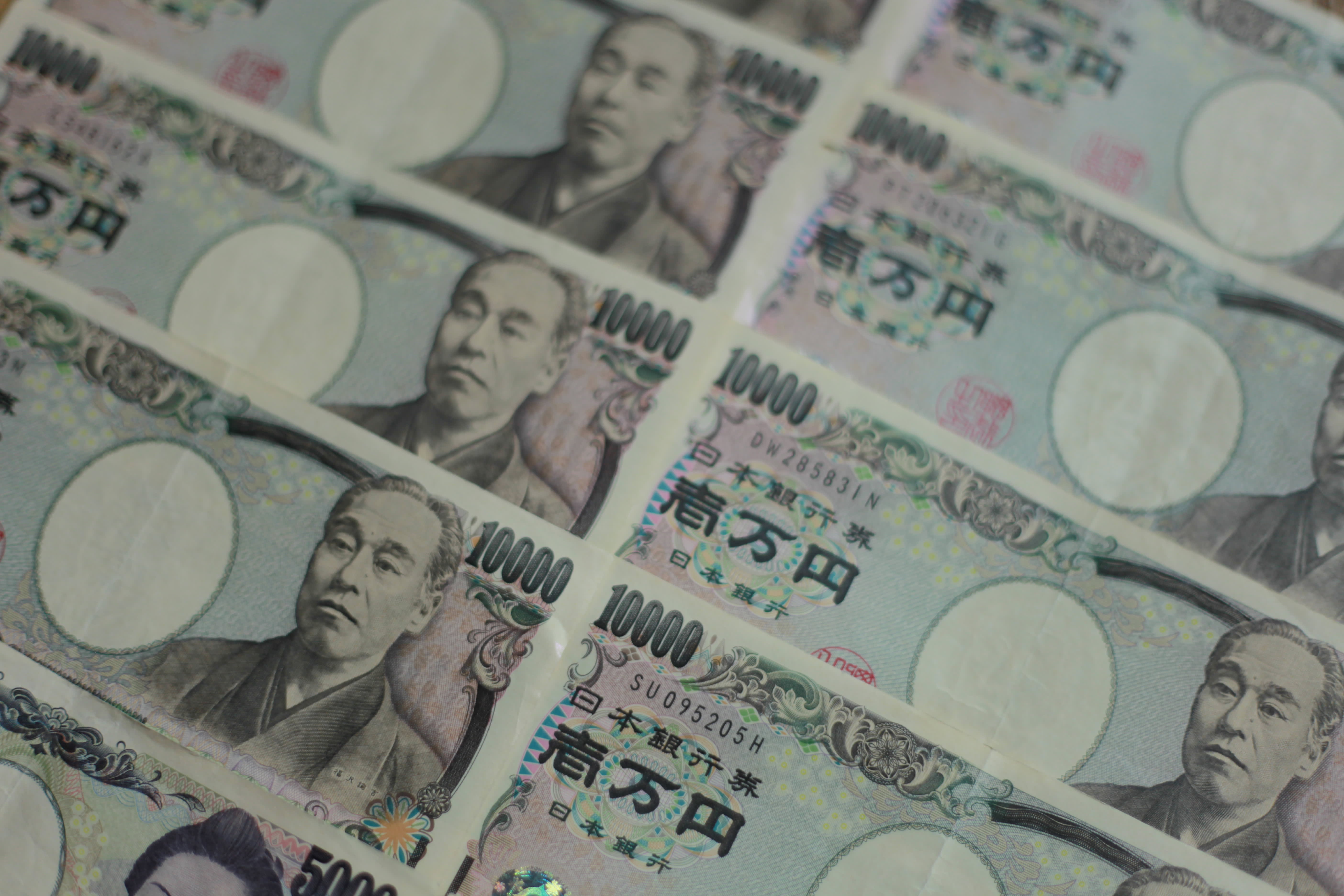 Investors stick with yen as recession fears grow; sterling slides
