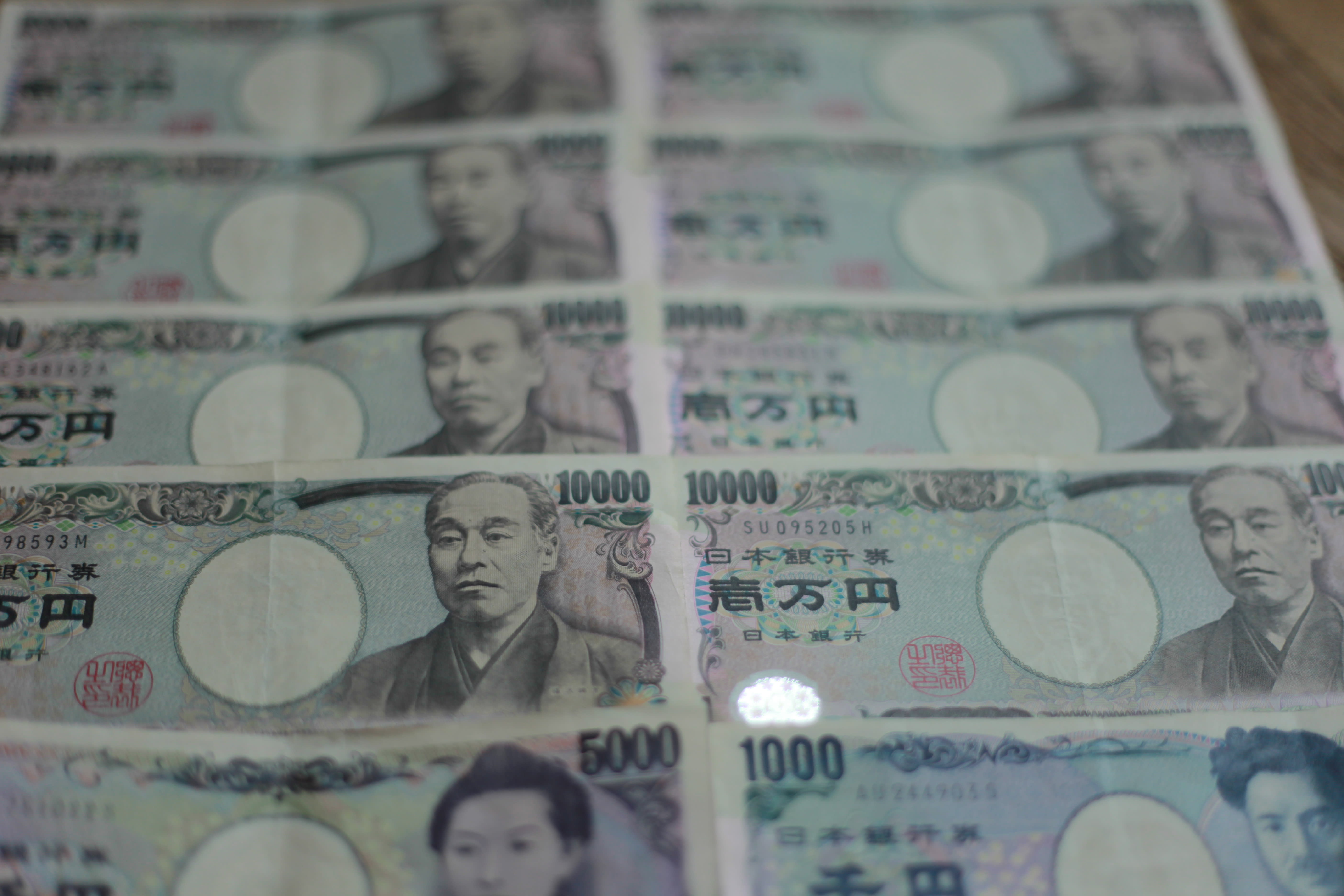 Dollar weakens as September rate cut bets mount