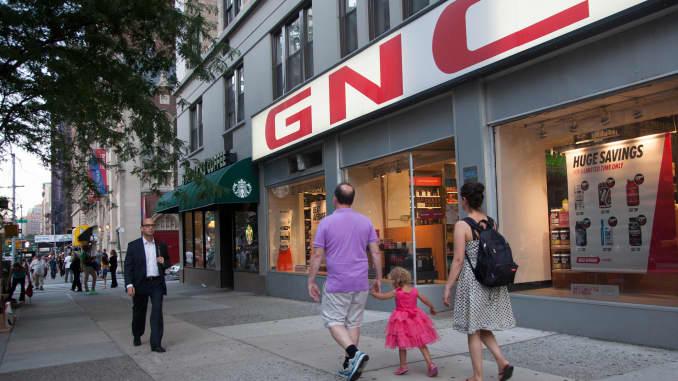 Người đi bộ dạo qua một cửa hàng GNC ở New York.