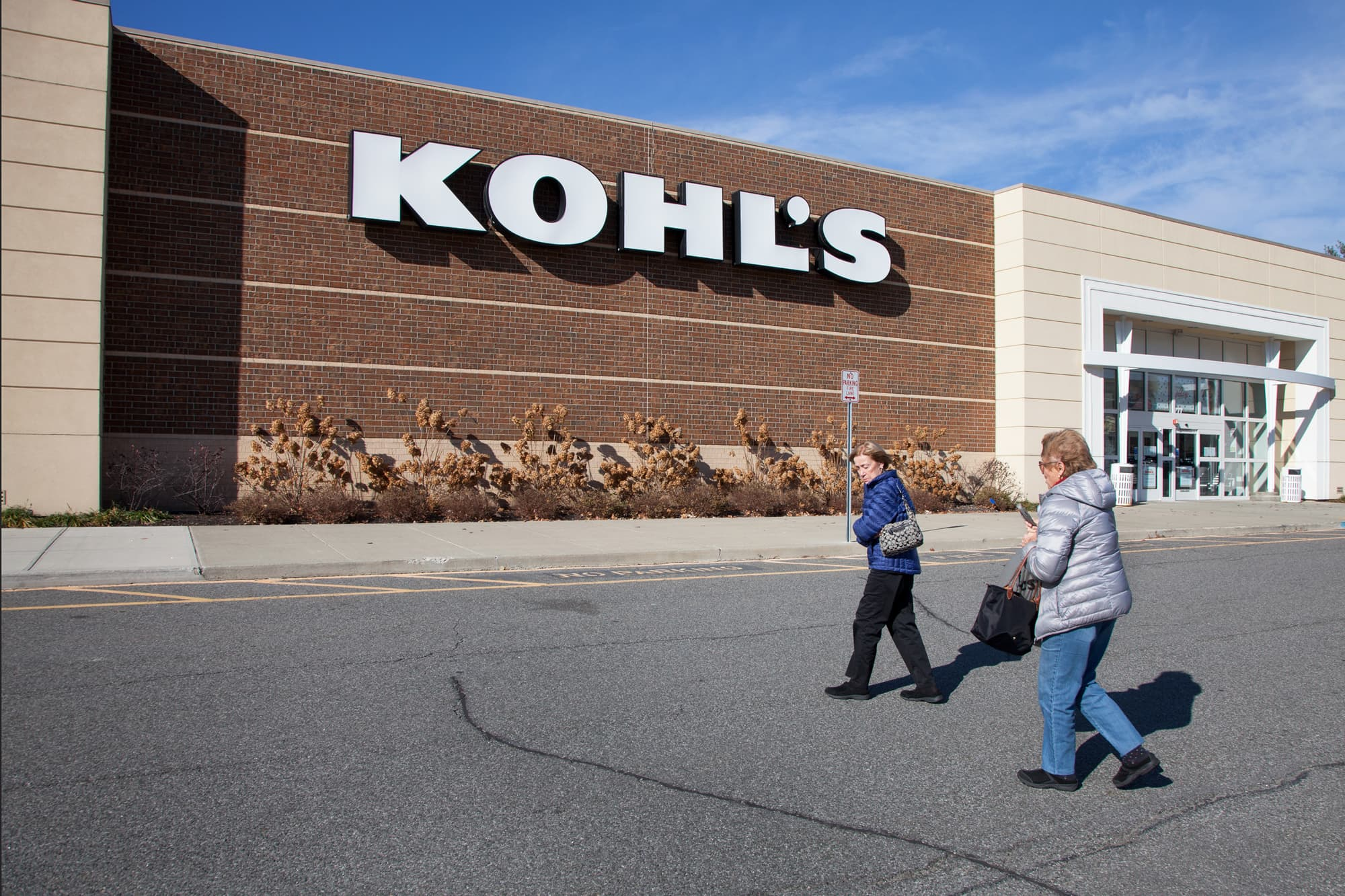 Kohl's shares sink 10% as the retailer trims its outlook thumbnail