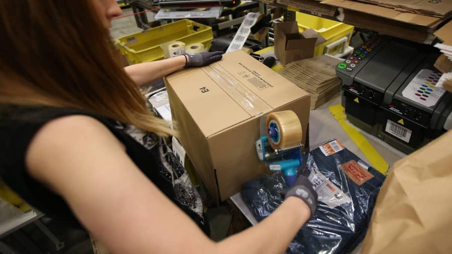 Sebuah parsel disiapkan untuk pengiriman di gudang Amazon di Hemel Hempstead, Inggris
