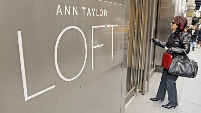 Người mua sắm bước vào một cửa hàng quần áo Ann Taylor LOFT nằm trên Đại lộ Madison ở Thành phố New York.