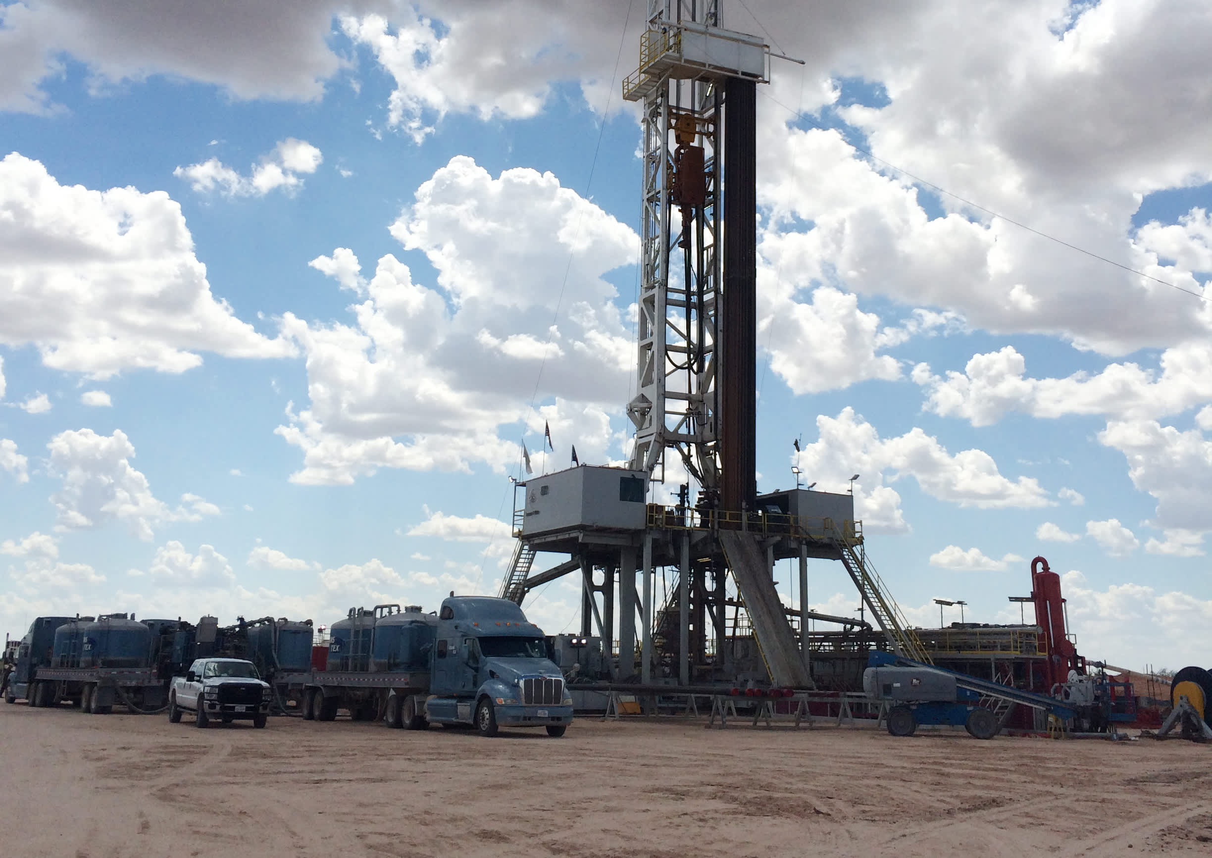 Reusable CNBC: oil drilling rig West Texas 150825-Brennan