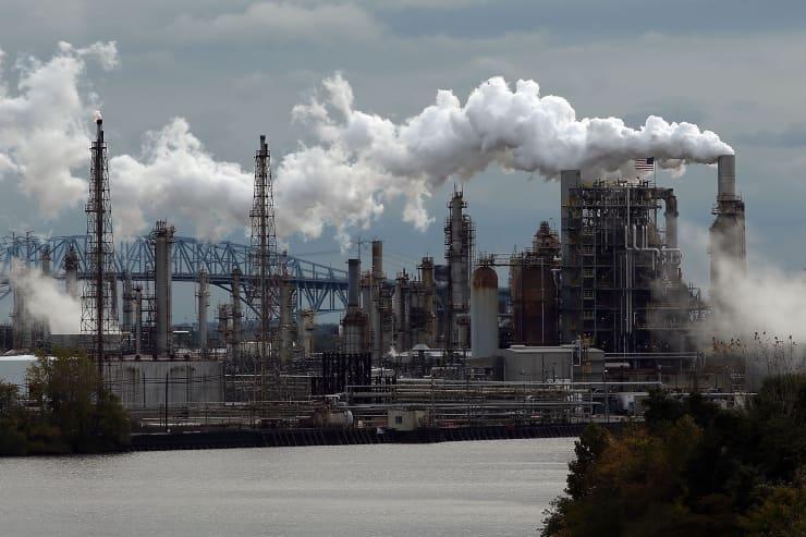 Reusable: Crude oil refinery Philadelphia Energy Solutions 141024
