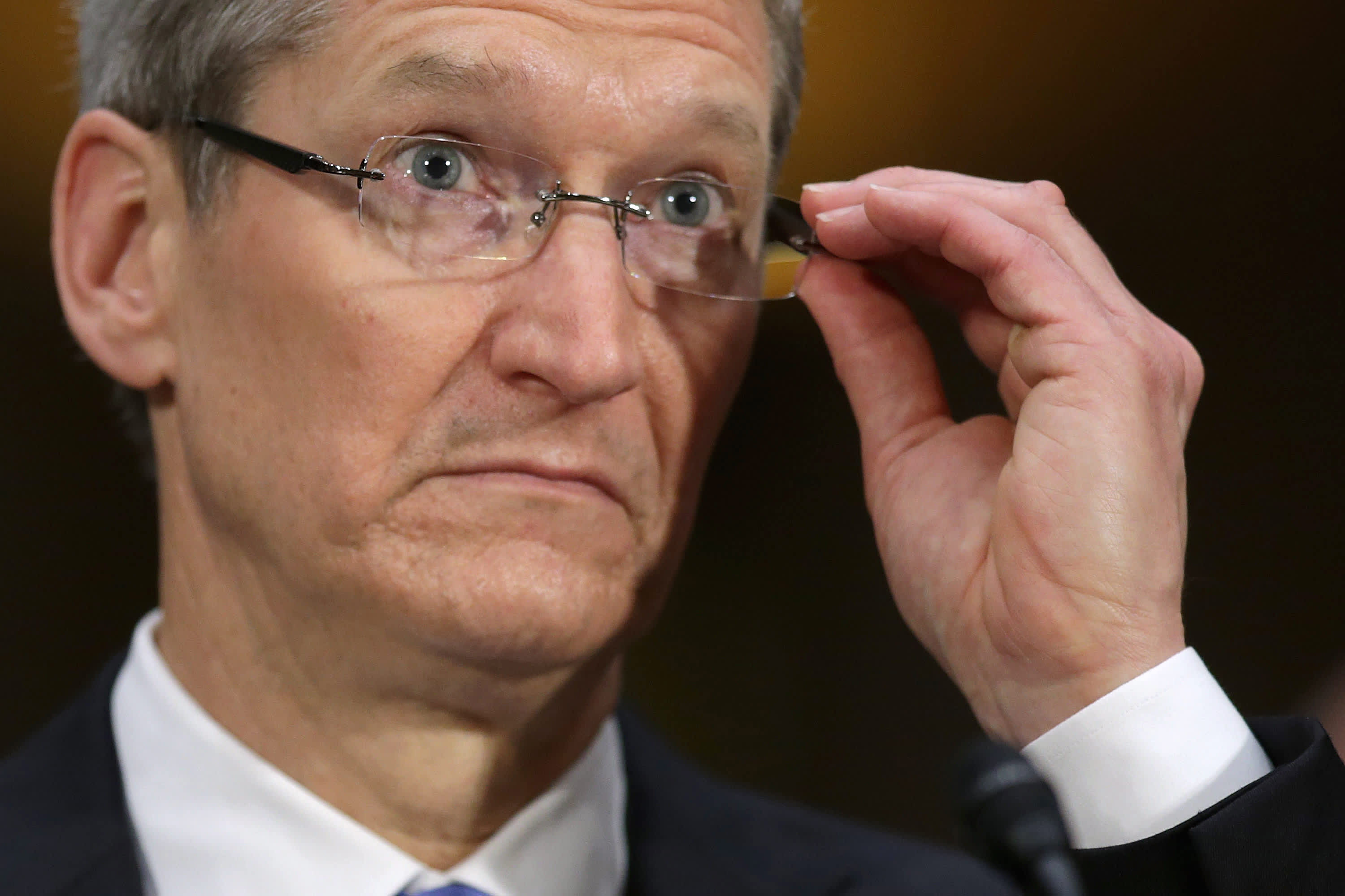 Apple drops on report that Justice Department is eyeing antitrust probe