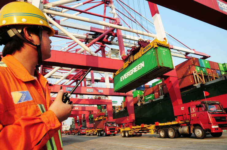 Premium: China economy shipping GDP dock worker 111017