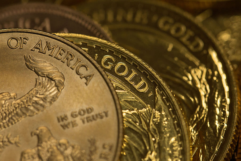 Gold falls after hitting 2-week high but stays above $1,550