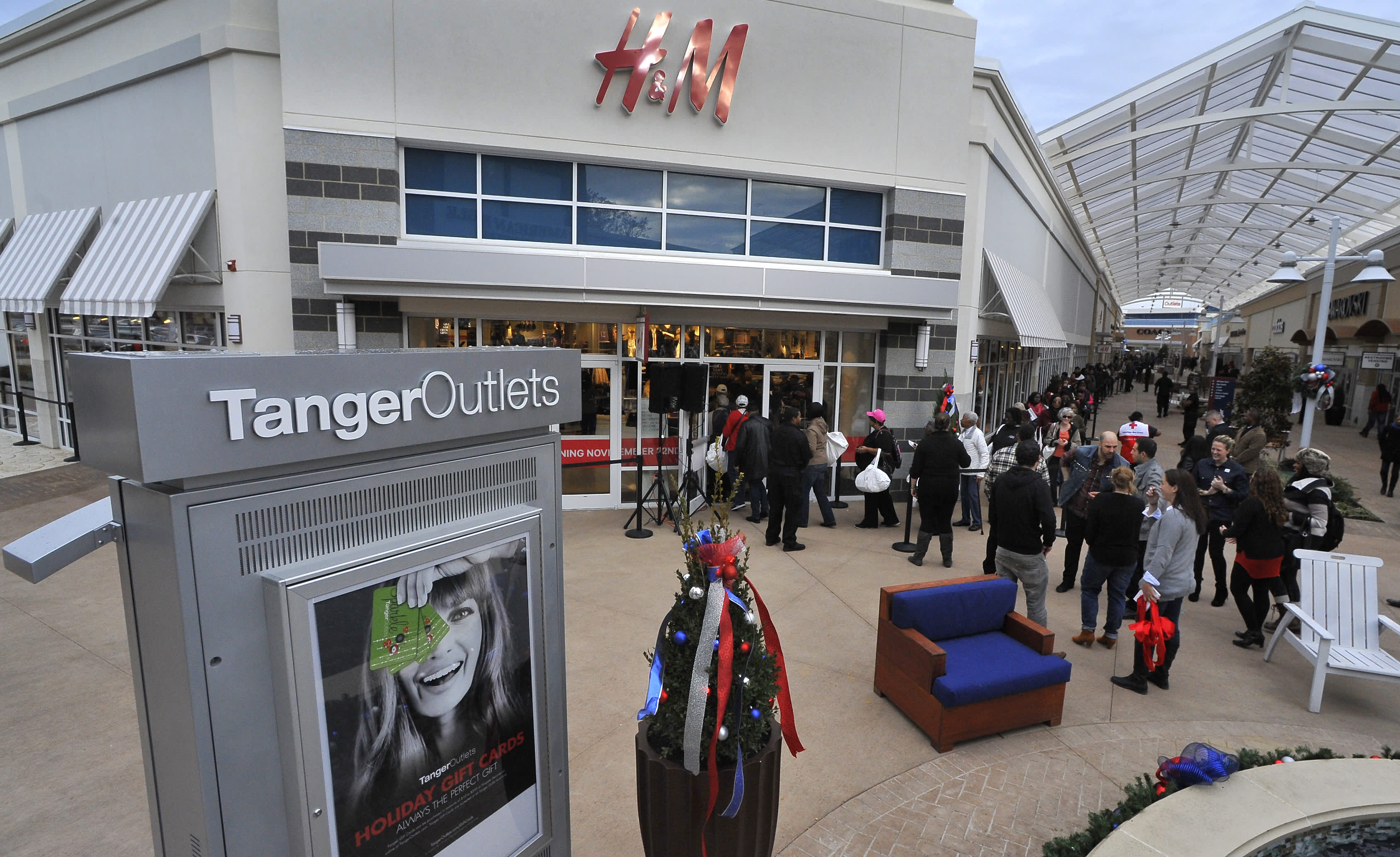 Closely shorted Tanger Outlet inventory pops 20% in sudden transfer, then pulls again