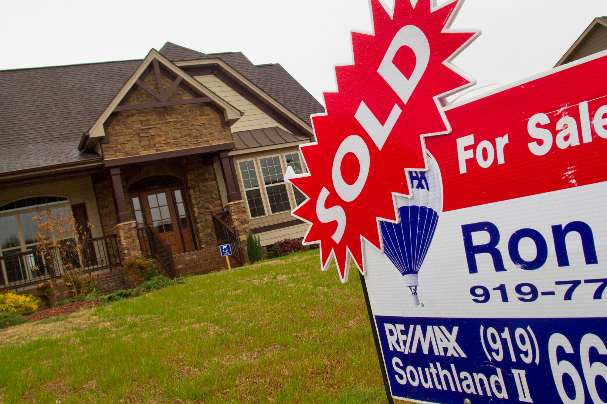 Mortgage applications surge as rates continue to drop