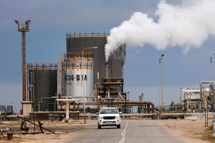 RT: Oil refinery Libya 131218