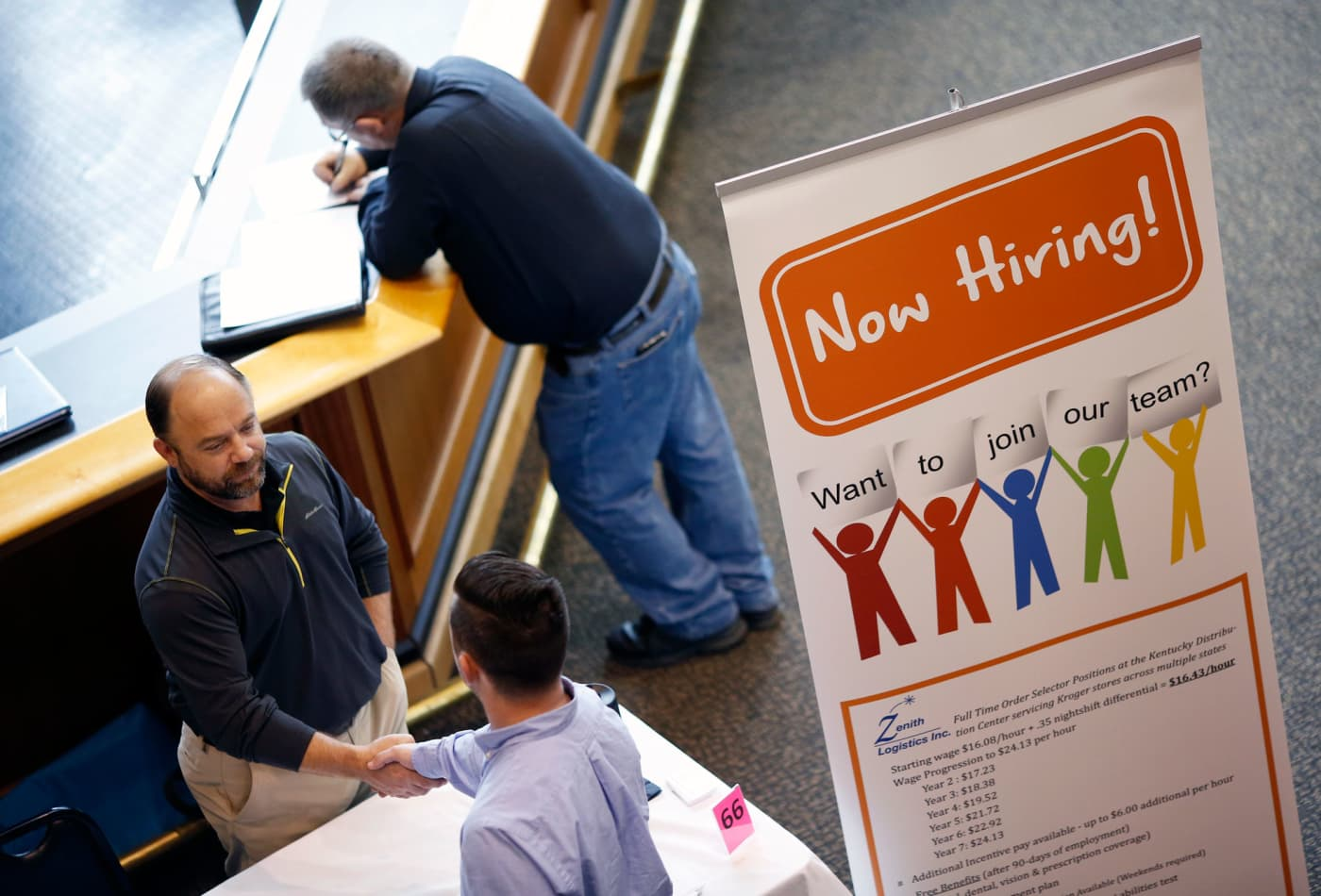 US jobless claims fall, point to sustained labor market strength
