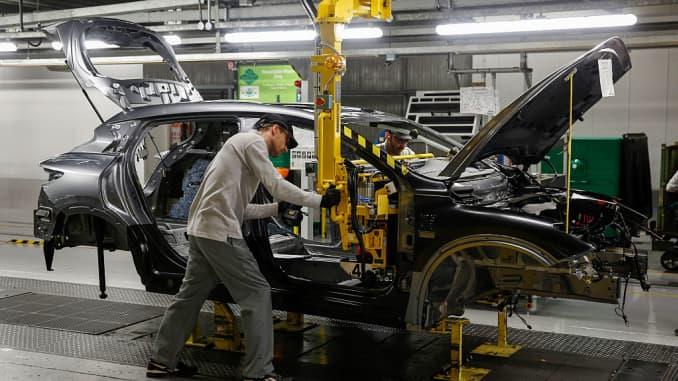 Premium EA: Auto factory, assembling cars