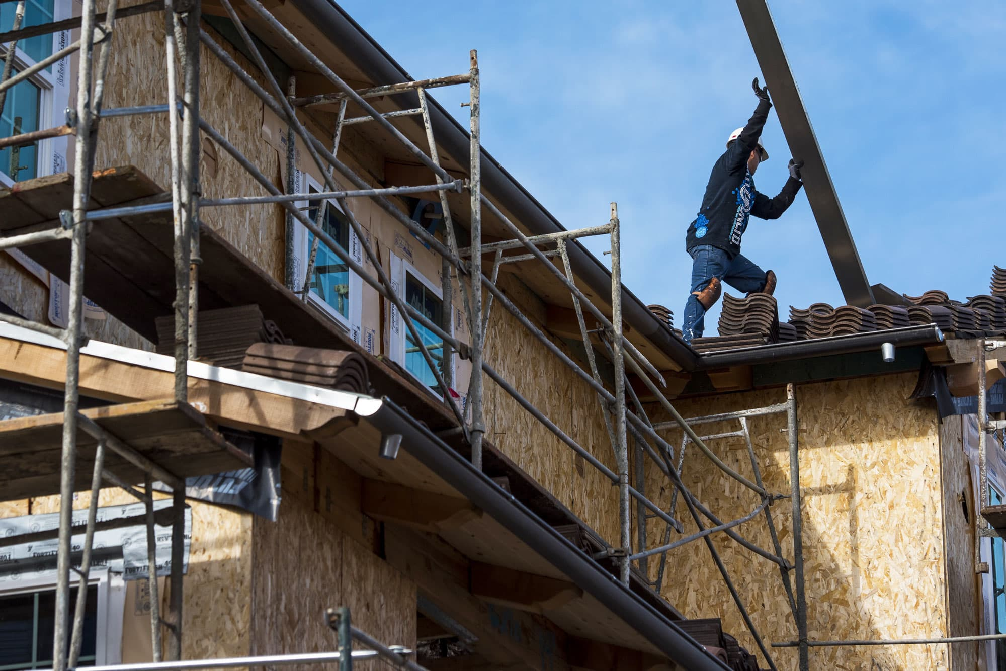 Spike in lumber and land prices causes homebuilder confidence to fall from epic high thumbnail