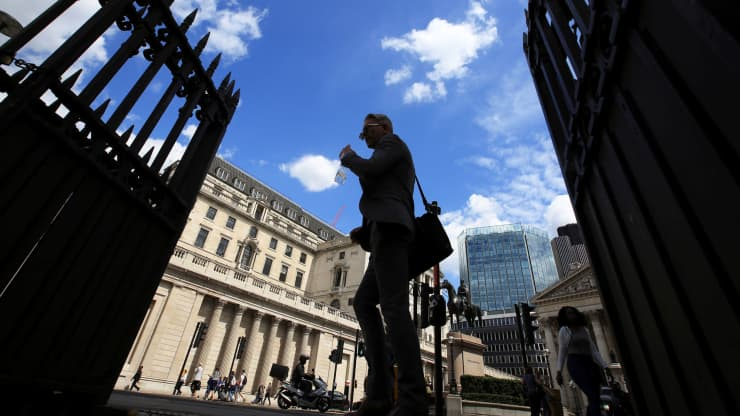 RT: Bank of England pedestrians walk by 160628