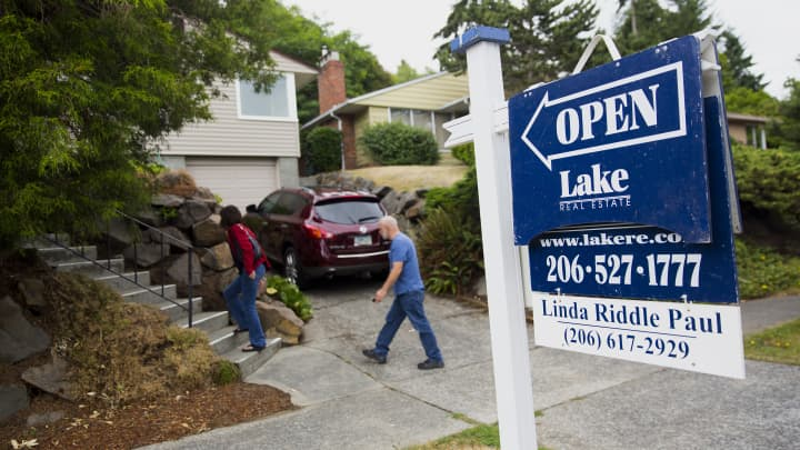 Weekly mortgage applications drop as rates rise and homebuyers pull back
