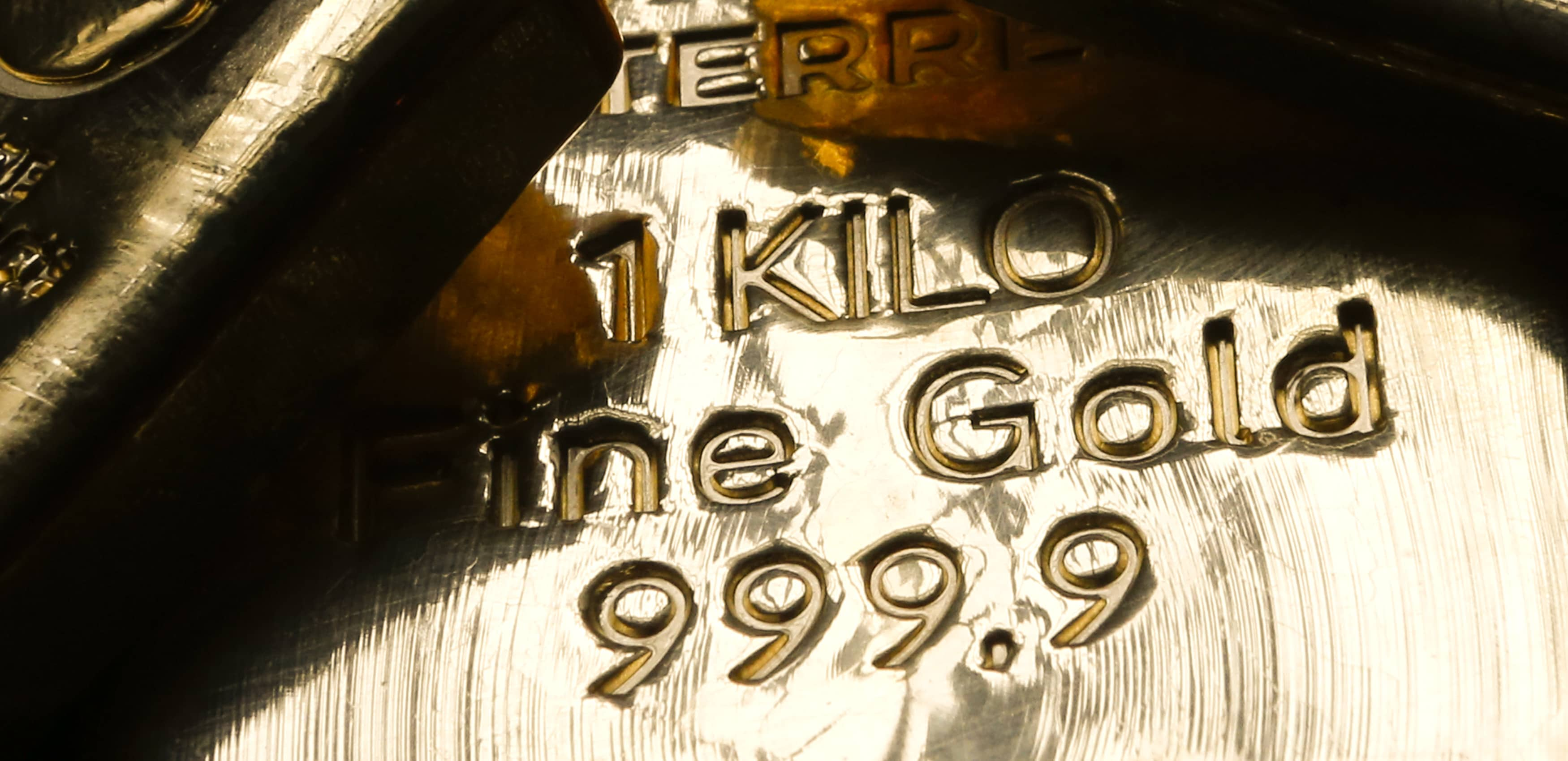 RT: Gold bullion closeup 1kg