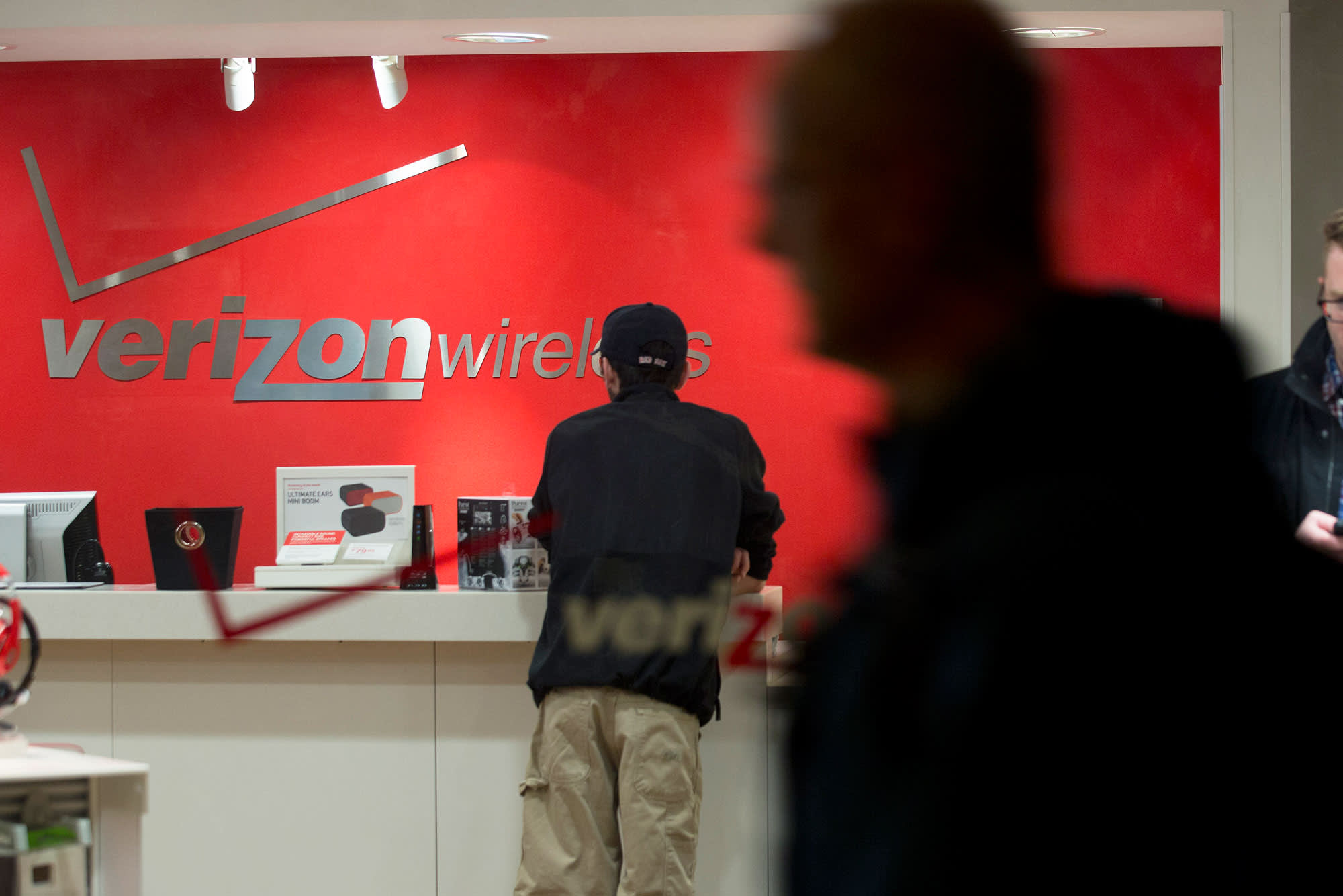 Verizon shares fall after Citi downgrades the stock, predicting lower wireless pricing ahead