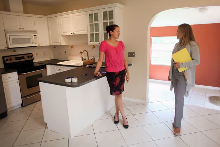GS: Real estate agent and prospective buyer in house 091001