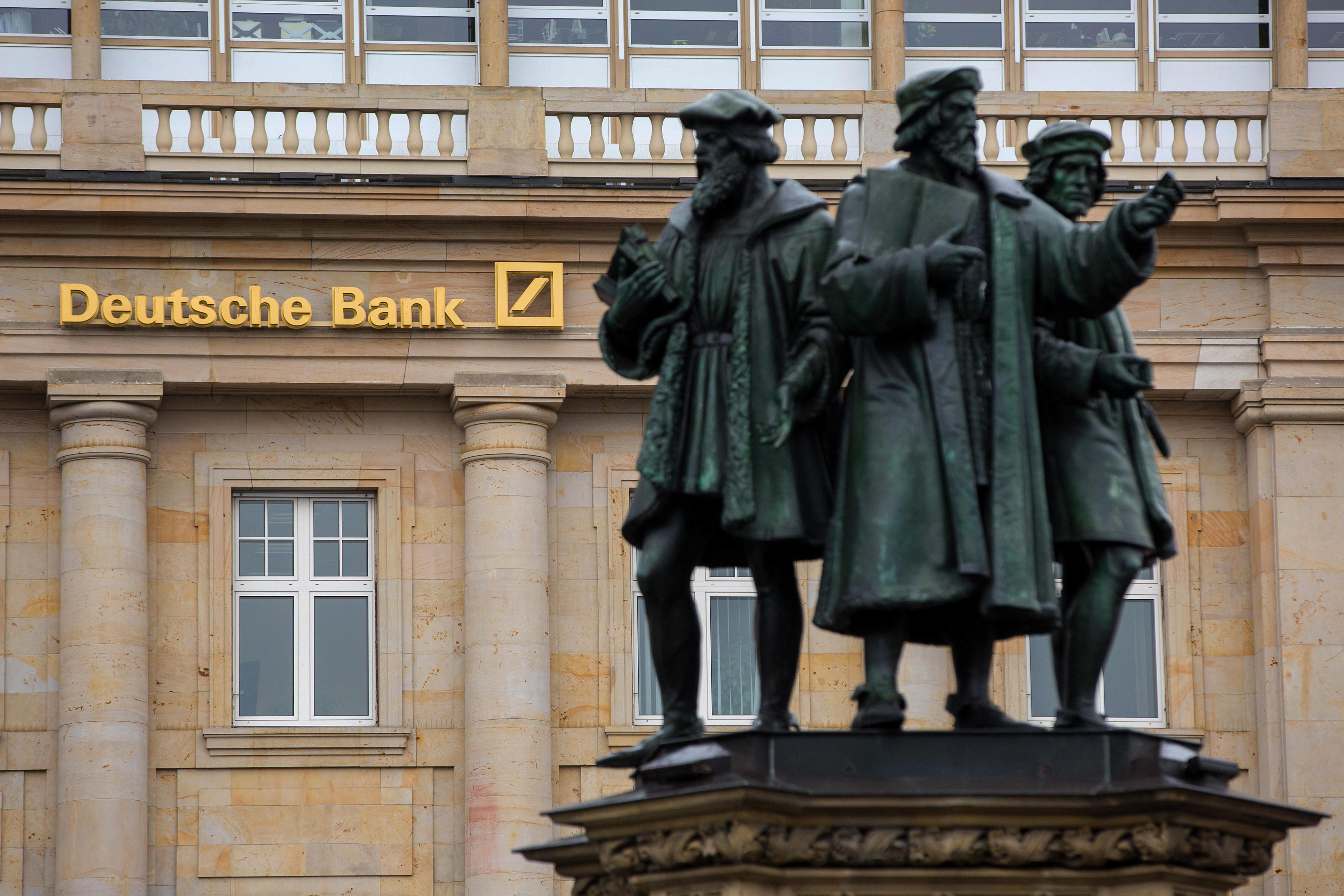 Deutsche Bank posts 832 million euro loss amid major restructuring plan