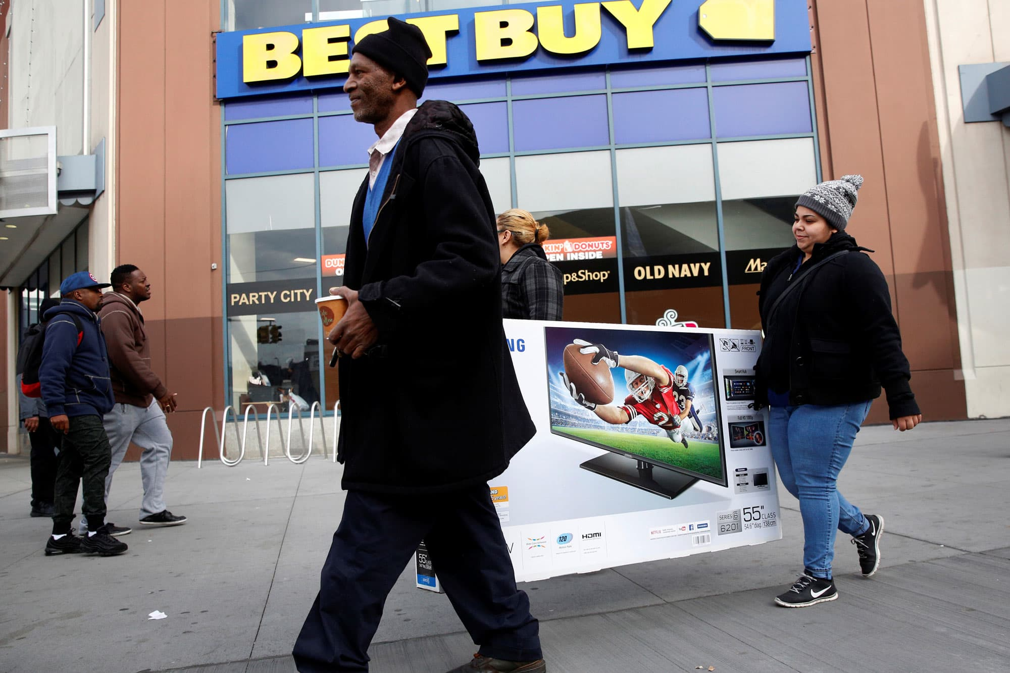 Best Buy beats quarterly same-store sales estimates