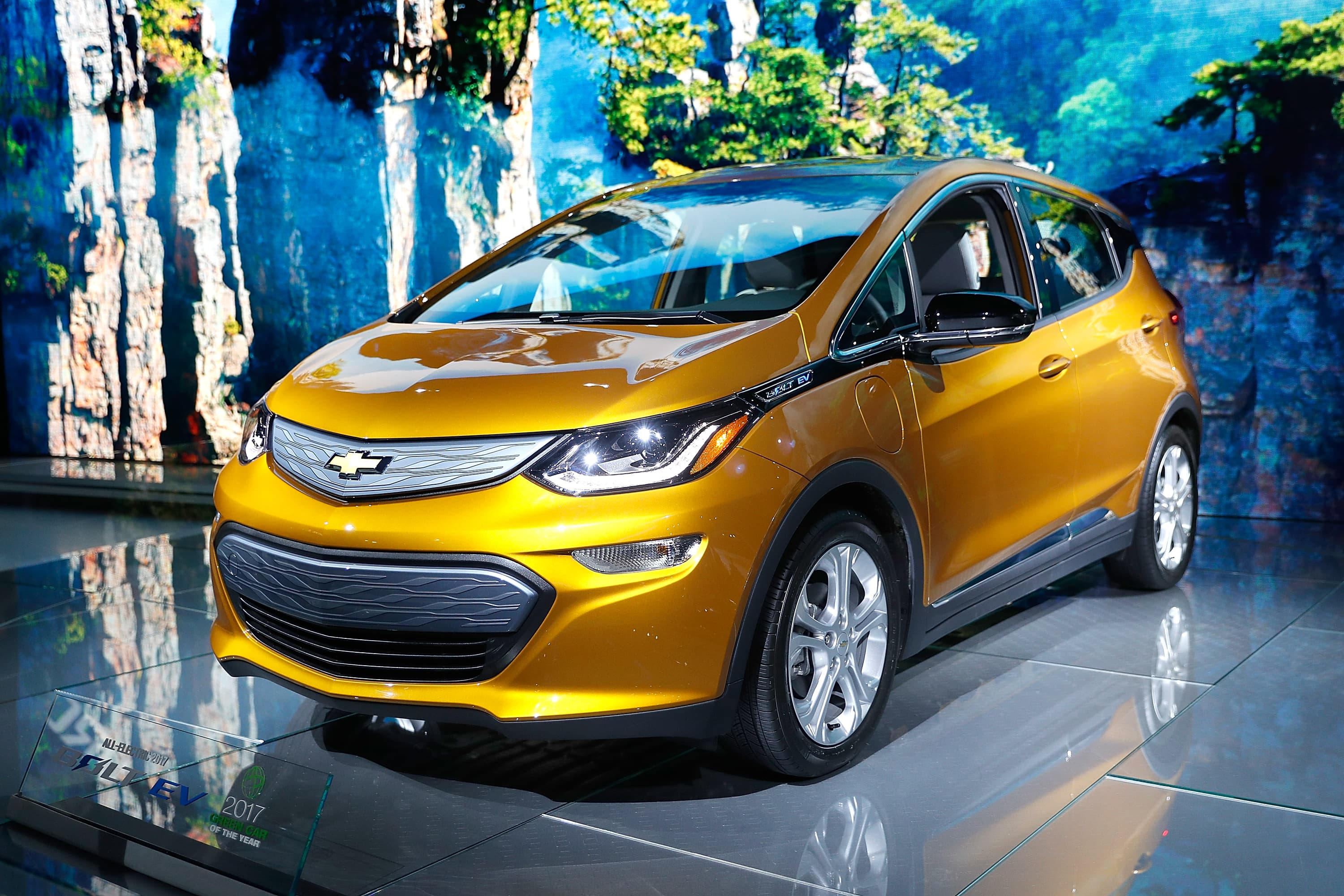 GM recalling Chevrolet Bolt EVs due to fire risks amid federal probe – CNBC