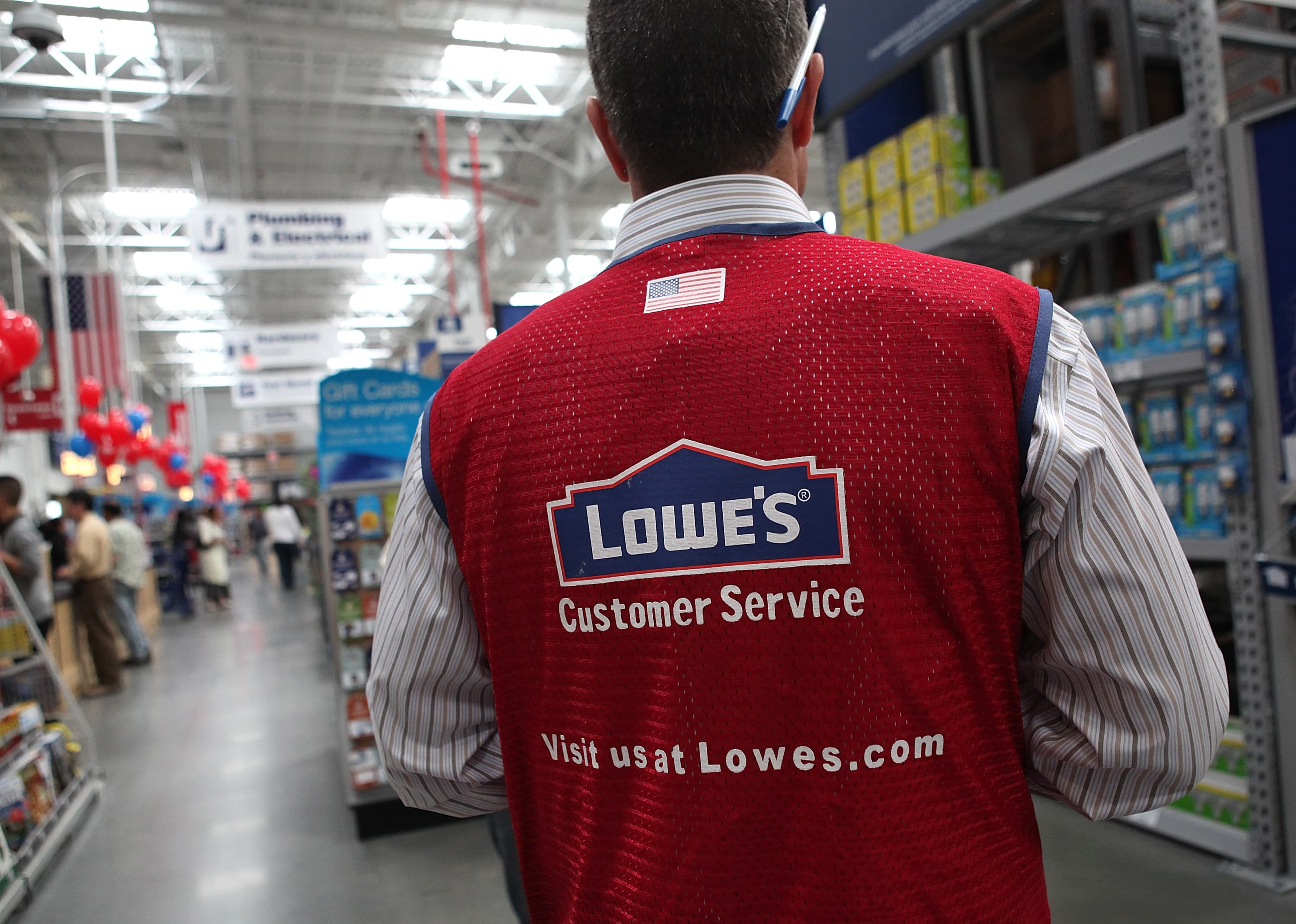 Lowe's earnings fall short of Wall Street expectations