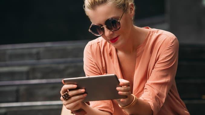Premium: tablet membaca wanita