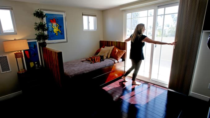 GP: Real estate agent readies a home for open house prospective buyers Venice Beach Calif 140309