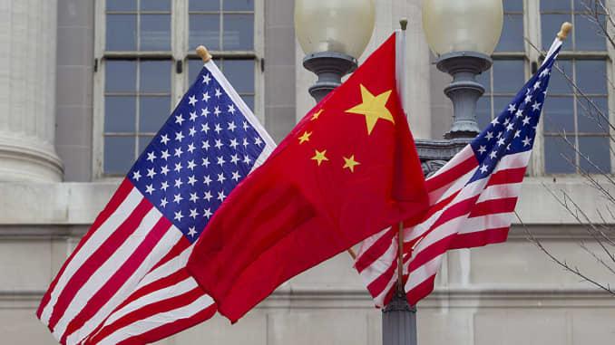Cờ của Hoa Kỳ và Trung Quốc bay dọc theo Đại lộ Pennsylvania ở Washington, DC, vào ngày 17 tháng 1 năm 2011.