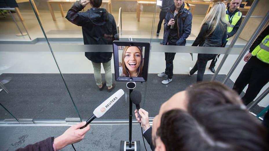 لوسی ربات با راه اندازی آیفون 6 در آگوست 2015 در سیدنی استرالیا در صف قرار گرفت