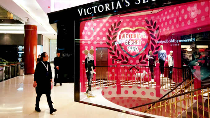 GP: Victoria's Secret store with pedestrian 170222