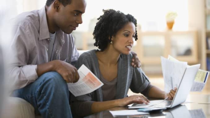 Premium: coppia che paga le bollette 170509