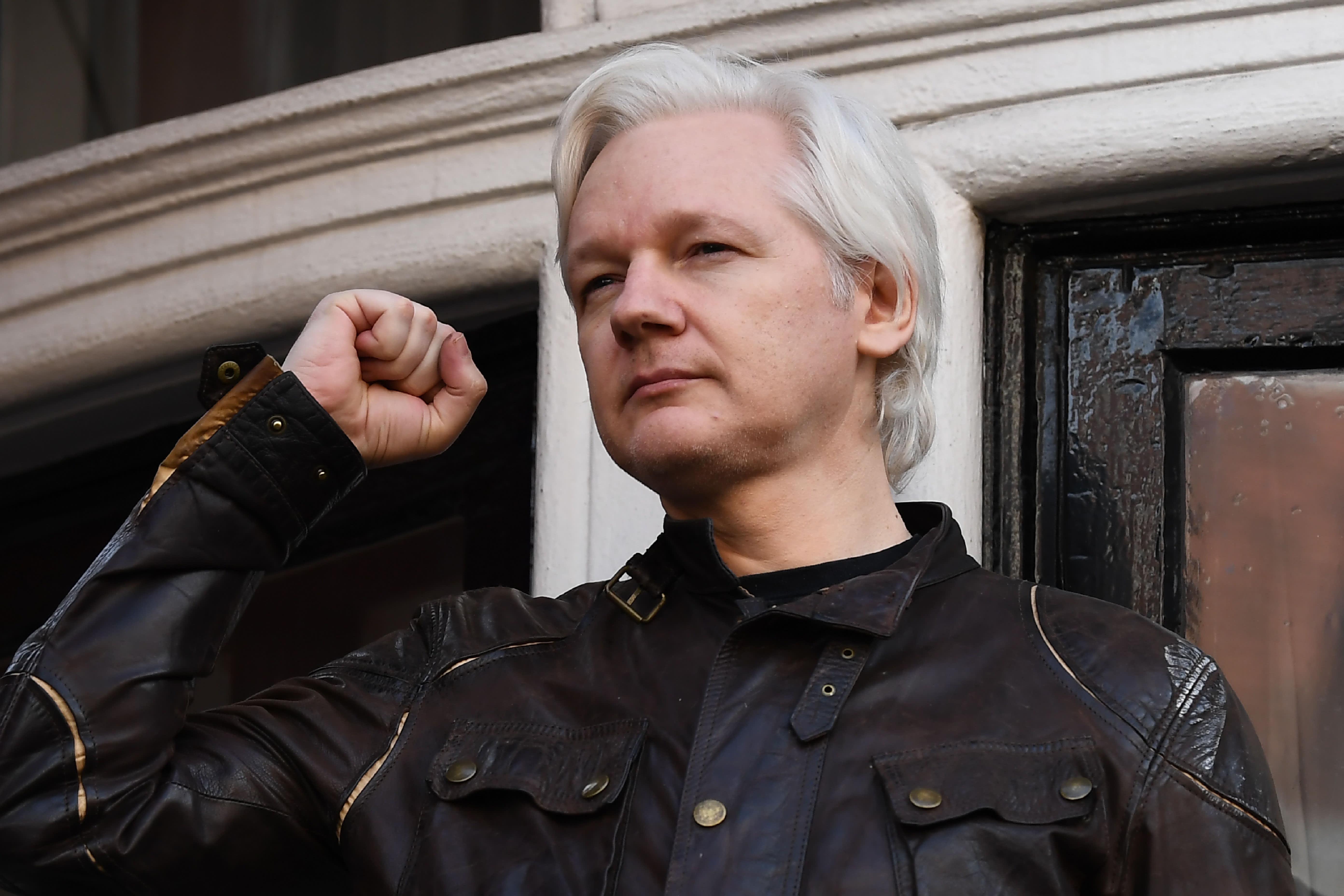 GP: Wikileaks founder Julian Assange raises his fist 170519-001