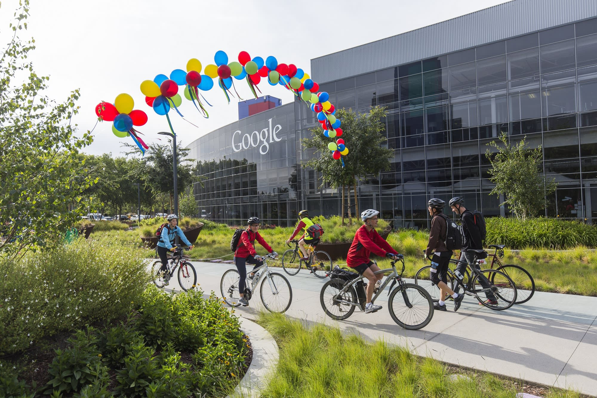 At Work In Googleplex What Amazing >> Why The Headquarters Of Iconic Tech Companies Are Tourist Attractions