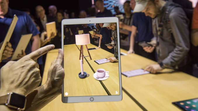 Seorang peserta memperagakan ARKit, alat augmented reality, pada Apple Inc. iPad Pro selama Apple Worldwide Developers Conference (WWDC) di San Jose, California, AS, pada Senin, 5 Juni 2017.