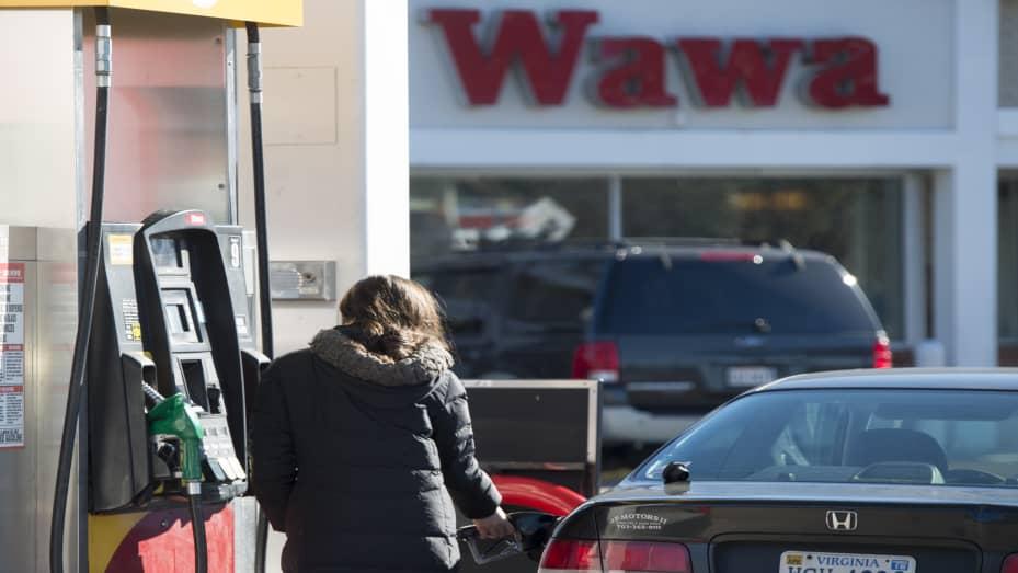 Mujer bombea gas fuera del escaparate de Wawa
