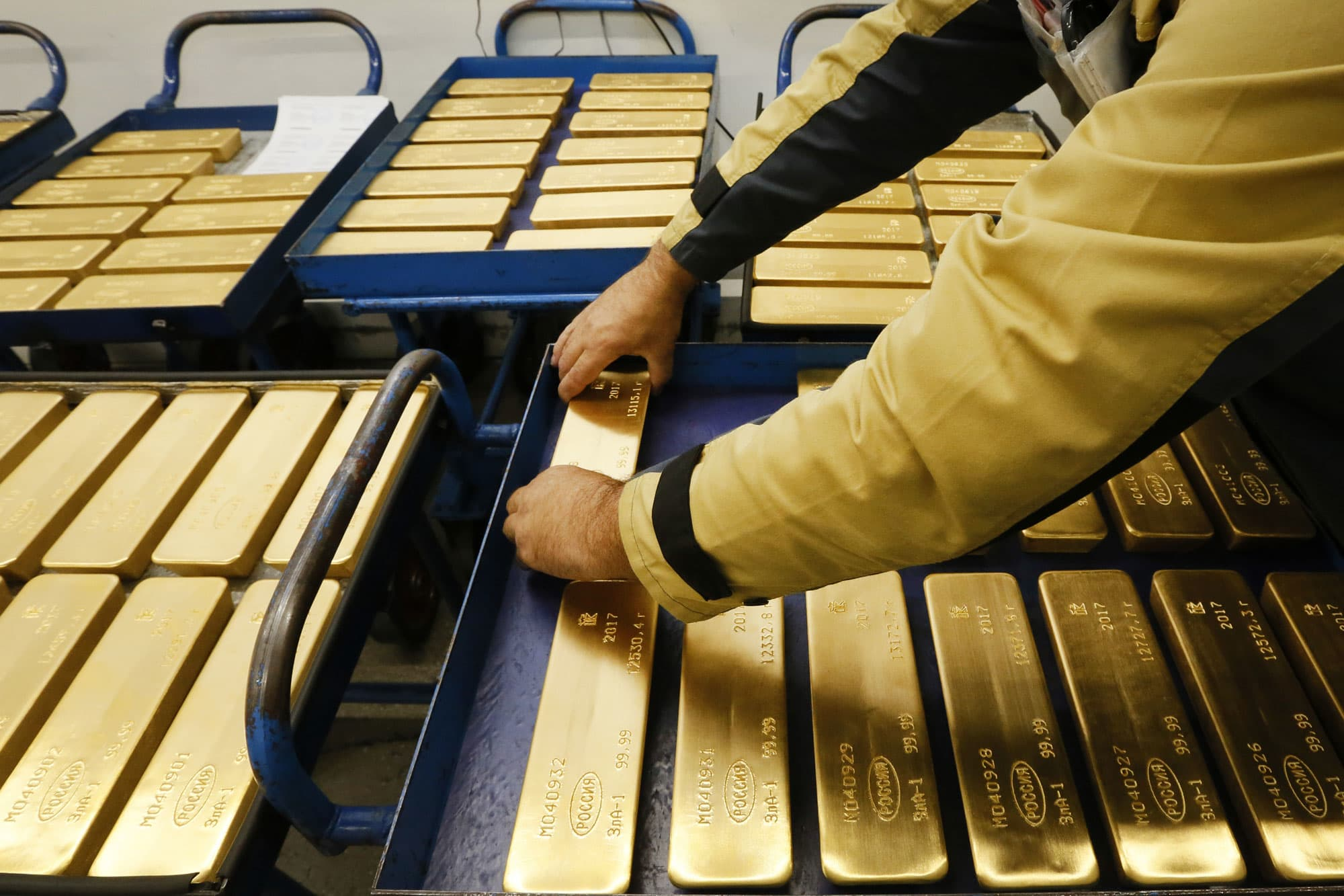 Gold rebounds to 2-week peak as US data boosts Fed rate cut hopes