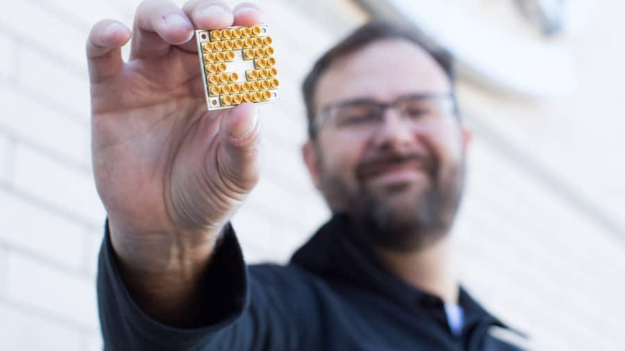 Chip kiểm tra lượng tử 17 qubit của Intel.