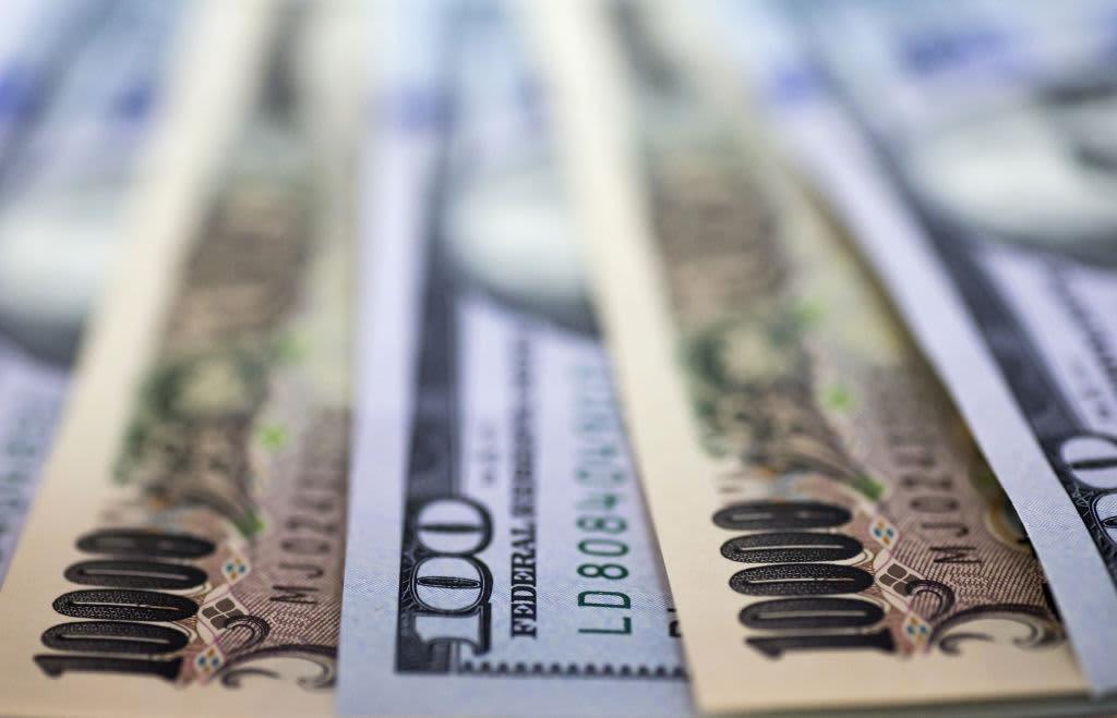 Dollar falls on mixed trade war news