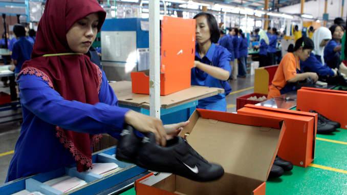 Desgracia Canoa atmósfera  Retailer Nike focus on robotics threatens Asia low-cost workforce