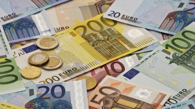 Dollar Climbs As Weak German Data Dents