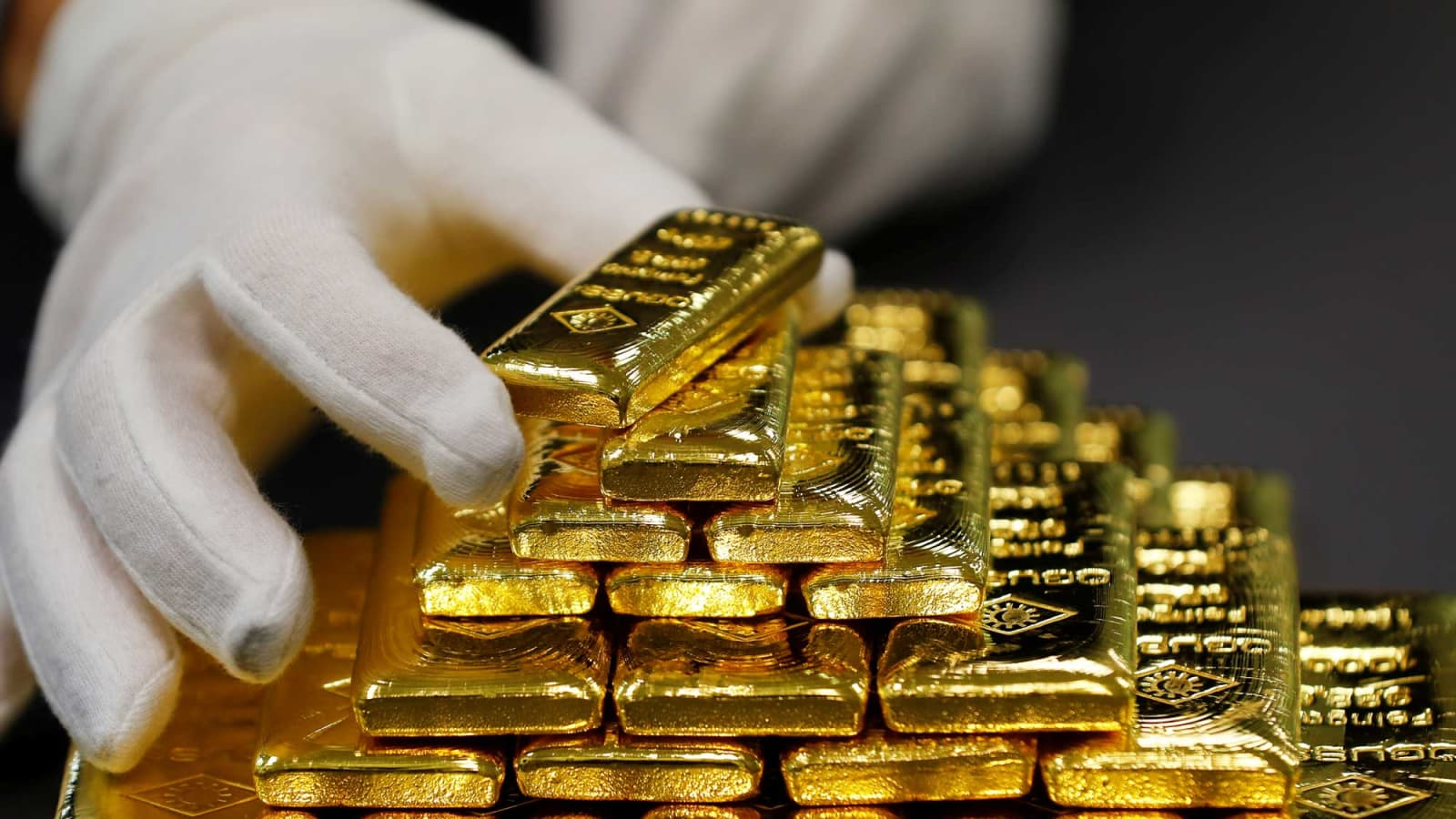 Gold rises to 15-wk high as trade-conflicts, rate cut hopes fuel demand