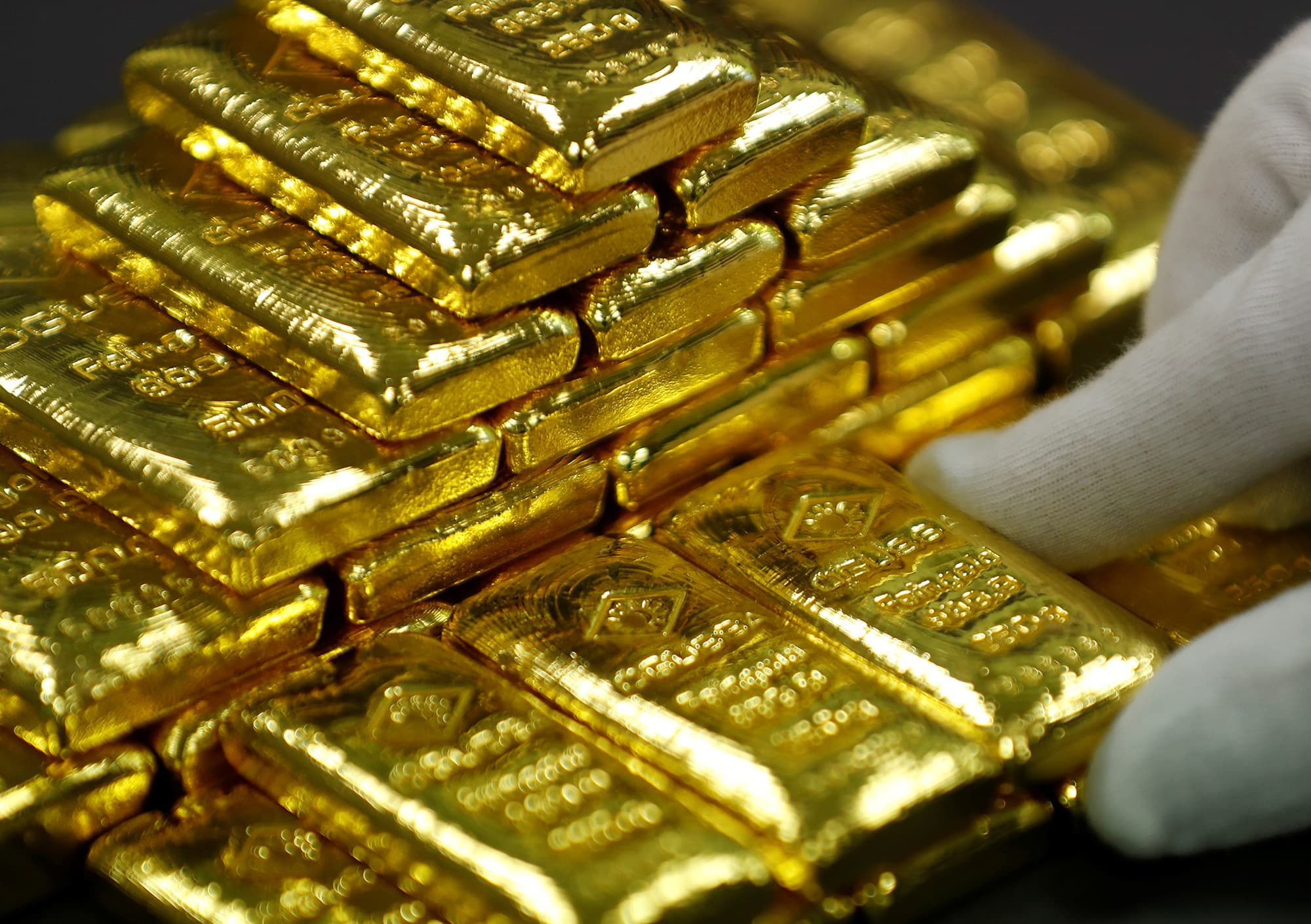 Gold Rises As Fed Hints At Rate Cuts In