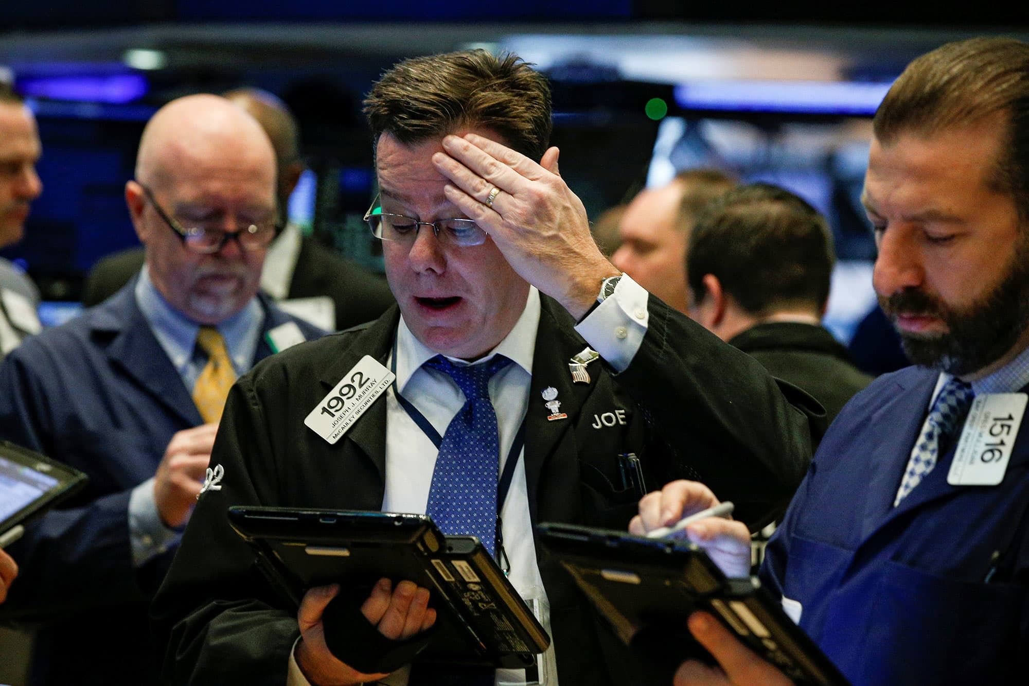 RT: NYSE trader Dow plunges 1175 points 180205-003