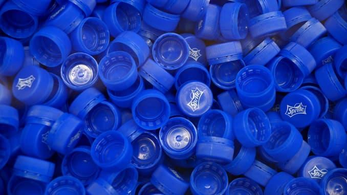 California targets removable plastic bottle caps, plastic straws